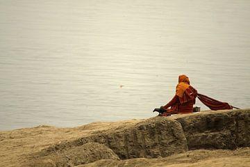 Man zit aan de rivieroever. van Cora Unk