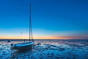 Bootje op het droge in het blauwe uurtje bij Roelshoek van Jan Poppe