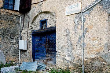 Fassade mit blauer Tür in Fouillouse von Hanneke Luit