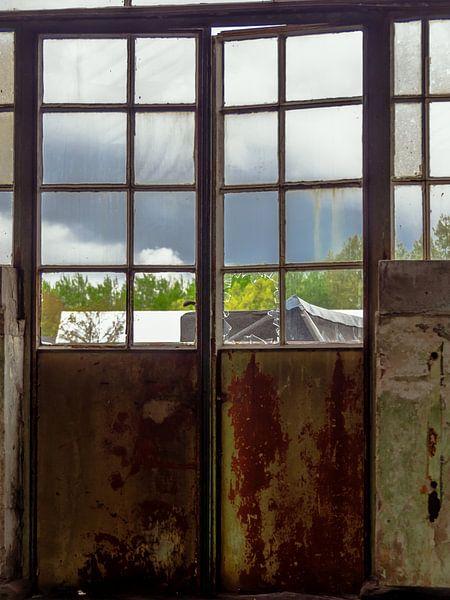 Tür mit Fenster von Martijn Tilroe