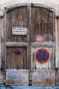 Oude houten garagedeuren