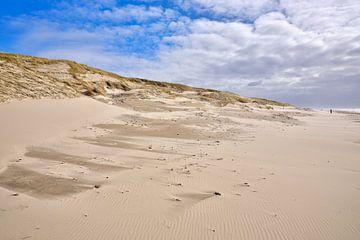 Storm langs de kust met strand en duin