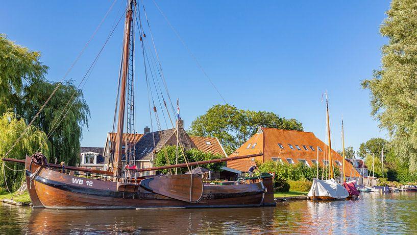 Stadsgezicht Heeg met boot in Friesland, Nederland van Hilda Weges