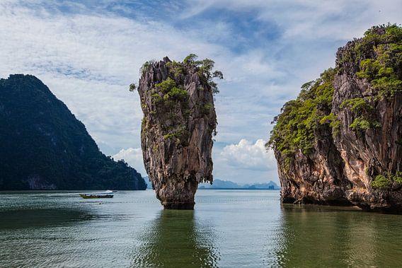 James bond eiland in Phang Nga baai met een bewolkte hemel en helder water