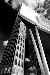 Architectuur in zwartwit. Rotterdam scheepvaarthuis met Maastorenn von