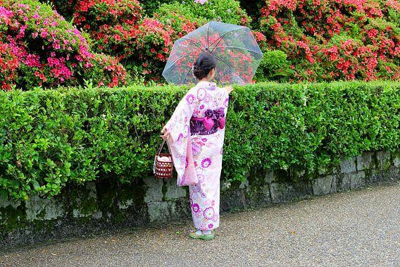 Geisha vrouw in Japanse tuinen, Kyoto