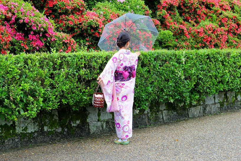 Geisha vrouw in Japanse tuinen, Kyoto van Inge Hogenbijl