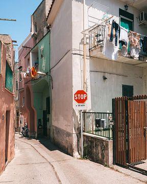 Gekleurde huisjes in de smalle straatjes op het Italiaanse eiland Procida