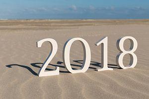 Tekst tweeduizend achttien op een strand
