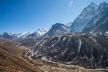 Blick über das Tal von Loboche in Nepal von Ton Tolboom