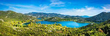 Panorama der Hügel und der Bucht in Makarska, Kroatien von Rietje Bulthuis