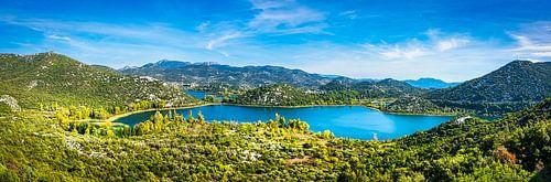 Panorama van de heuvels en baai bij Makarska, Kroatië