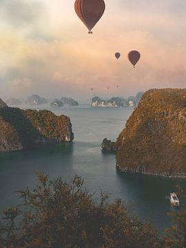 Luftballons über der Halong-Bucht - Blick über die Landschaft von Danny Vermeulen