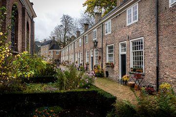 Het mooie, rustieke, middeleeuwse Begijnhof in het centrum van Breda. van Henk Van Nunen