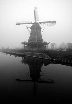 Moulin à vent hollandais dans la brume sur Maurice de vries
