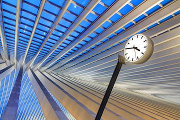 Stationsklok Liege-Guillemins in het blauwe uur van Dennis van de Water