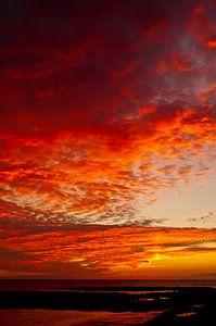 Bewolkte zonsondergang in Bretagne
