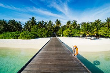 LPH 71319046 Lange pier die leidt naar een klein eiland boven turquoise water van BeeldigBeeld Food & Lifestyle