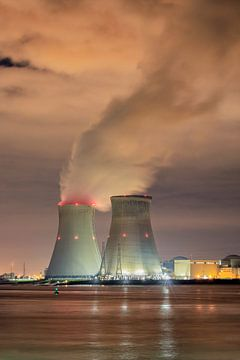 Landschap met dijk en kernreactor Doel 's nachts van Tony Vingerhoets