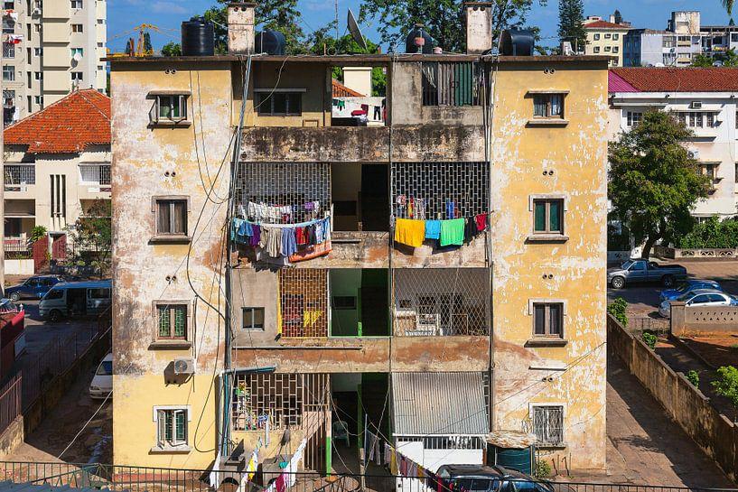 Flatgebouw met wasgoed in Maputo, Mozambique van Evert Jan Luchies