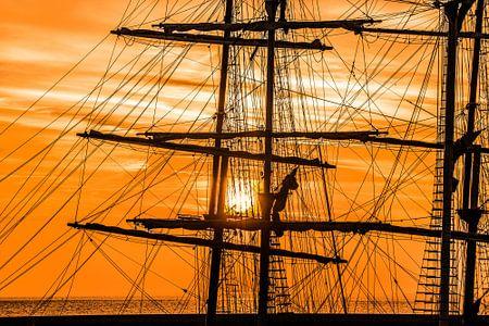 Zonsondergang achter de Thalassa von Harrie Muis