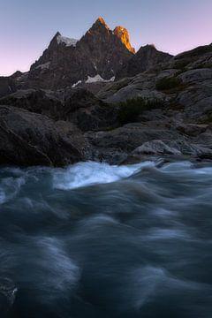Alpenglow op de mooie bergkammen van het Pevouxmassief in de Franse Alpen. van Jos Pannekoek