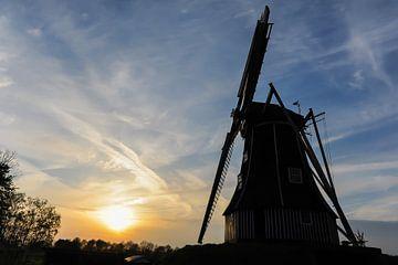 Hollandse windmolen bij zonsondergang van Robert de Jong