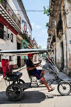 tuktuk havana streets cuba van Sabrina Varao Carreiro