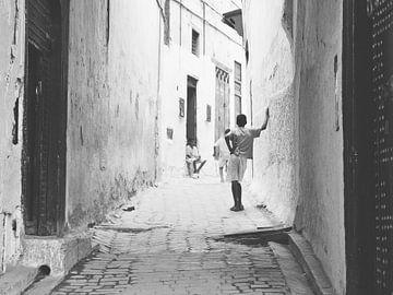 Spielende Kinder in den Straßen von Fez | Marokko von Stories by Pien