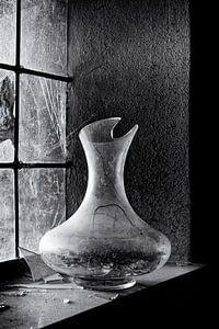 Kapotte vaas in een venster van een verlaten klooster