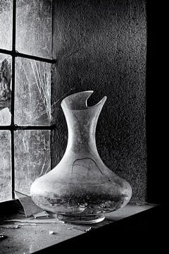 Kapotte vaas in een venster van een verlaten klooster von Eddy 't Jong