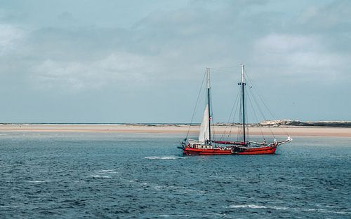Tweemaster voor de duinen van Terschelling, Nederland