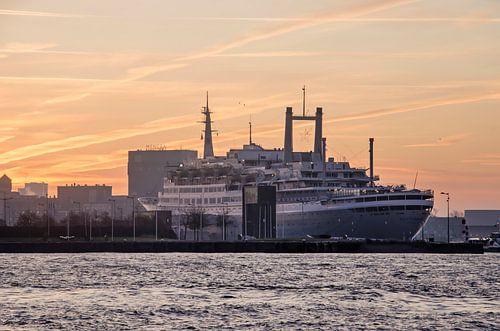 Zonsopkomst boven de SS Rotterdam