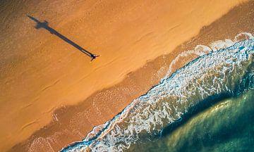 Uitwaaien op het strand. van Ronnie Jilderda