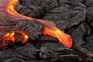 Gloeiende lava komt uit een spleet tevoorschijn