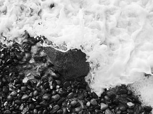 Felsen in der Brandung, fotografiert von oben schwarz-weiß