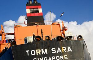 Vrachtschip Torm Sara uit Singapore in de sluizen van IJmuiden vaart richting Amsterdam