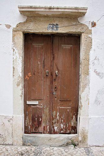 verweerde houten deur van
