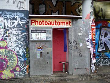 Old photo booth in Berlin, Germany van Barbara Hilmer-Schroeer