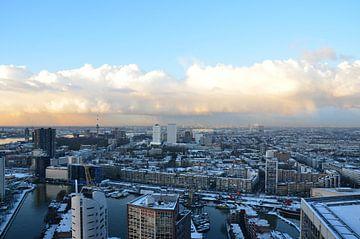 Rotterdam onder een zacht blauwe hemel met sneeuw en zon van Marcel van Duinen