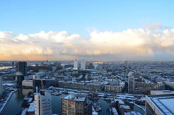 Rotterdam onder een zacht blauwe hemel met sneeuw en zon
