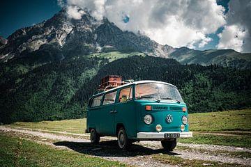 Hippie van in de Caucasus bergen. van Milene van Arendonk