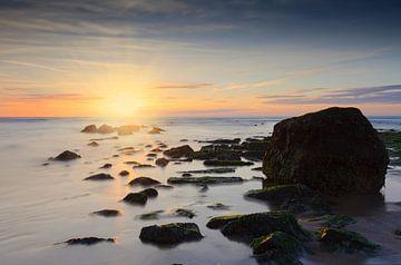 zonsondergang achter een golfbreker in de Noordzee van