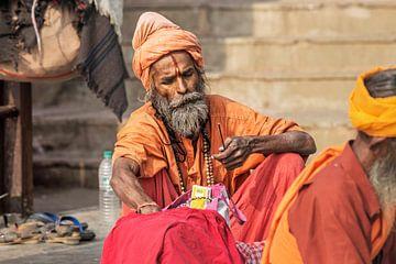 Hindoe sadhu heilige man, zit op de ghat van Tjeerd Kruse