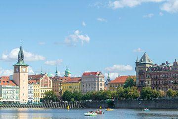 Bunte Gebäude Prag vom Wasser von Melvin Fotografie