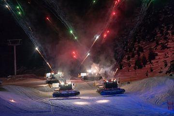 Sneeuwbully met vuurwerk op de piste in oostenrijk van