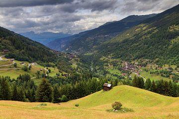 Zwitserse Alpen in de zomer met wolken von Dennis van de Water