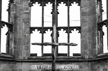 Père pardonnez, vitrail en ruine Coventry sur Rietje Bulthuis