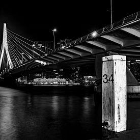 Nacht foto van de Erasmusbrug in Rotterdam, in zwart wit (HDR) van Atelier van Saskia