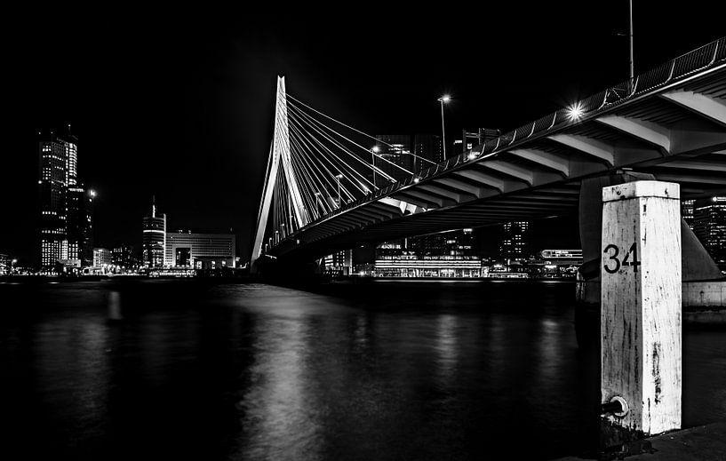 Nacht foto van de Erasmusbrug in Rotterdam, in zwart wit (HDR) van Saskia van Gelderen